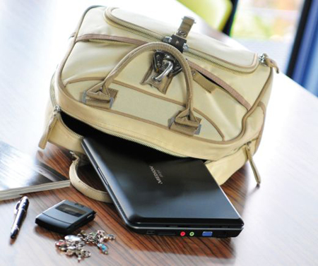 можно даже, поместив лэптоп в тонкий чехол, положить его в обычную сумку