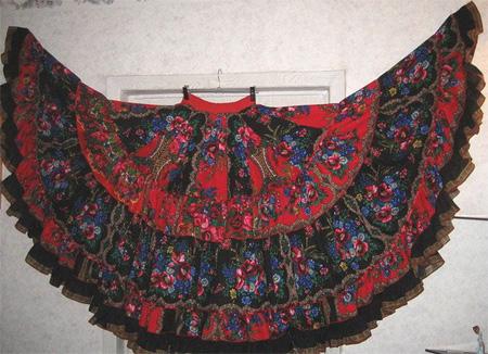 вам нужны яркие, пестрые расцветки шалей и юбок, причем юбки должны быть в несколько слоев – минимум 3, свободные и длинные – до подъема ноги или до пола