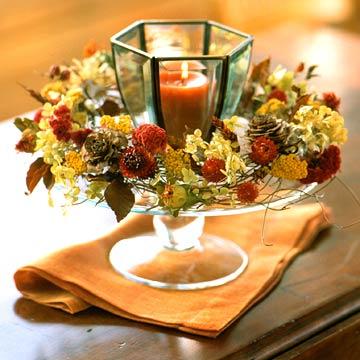 Осенние венки можно не только вешать на стену или двери, но и класть их вокруг свечей, ваз и прочих элементов для украшения комнаты