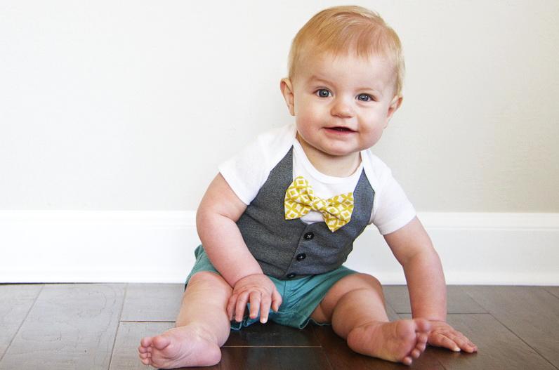 Как украсить детское боди для мальчика в виде стильной жилетки