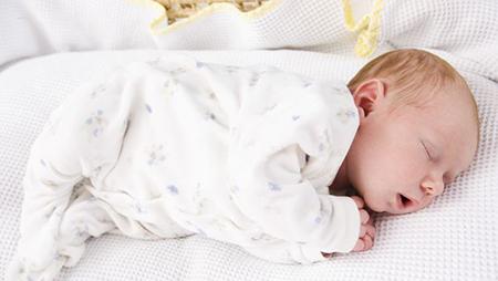 Эти дни, недели и месяцы после того, как вы принесли ребенка из родильного отделения домой, могут показаться новоиспеченным родителям сплошным размытым пятном
