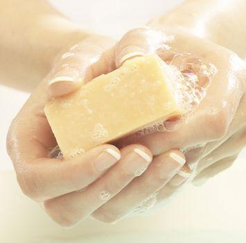 Некоторые обычные действия, вроде мытья рук, зимой оказывают на кожу более пагубное воздействие, чем обычно