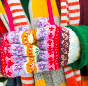 Убедитесь, что всегда, перед тем, как выйти из помещения/тепла, вы надеваете мягкие (не грубые) перчатки или варежки