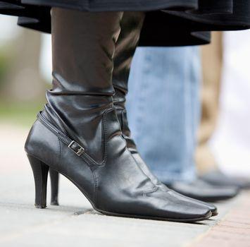 Обувь с каблуками среднего размера может поддержать ваш модный образ