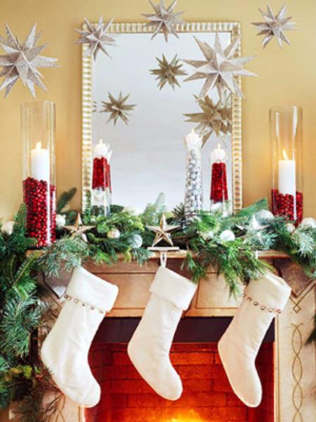 Декорирование рамы вашего камина для зимних праздников обязательно усилит эффект этой уютной фокусной точки всех зимних посиделок