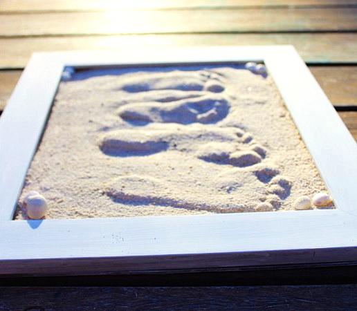 Как оригинально оформить детские отпечатки при помощи песка