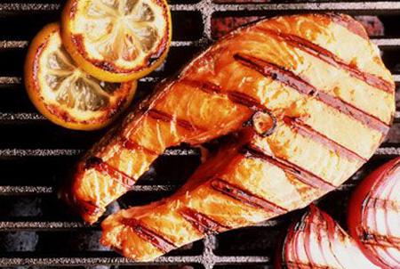 источники жирных кислот омега-3, такие как: рыба, которую следует готовить на гриле; ...
