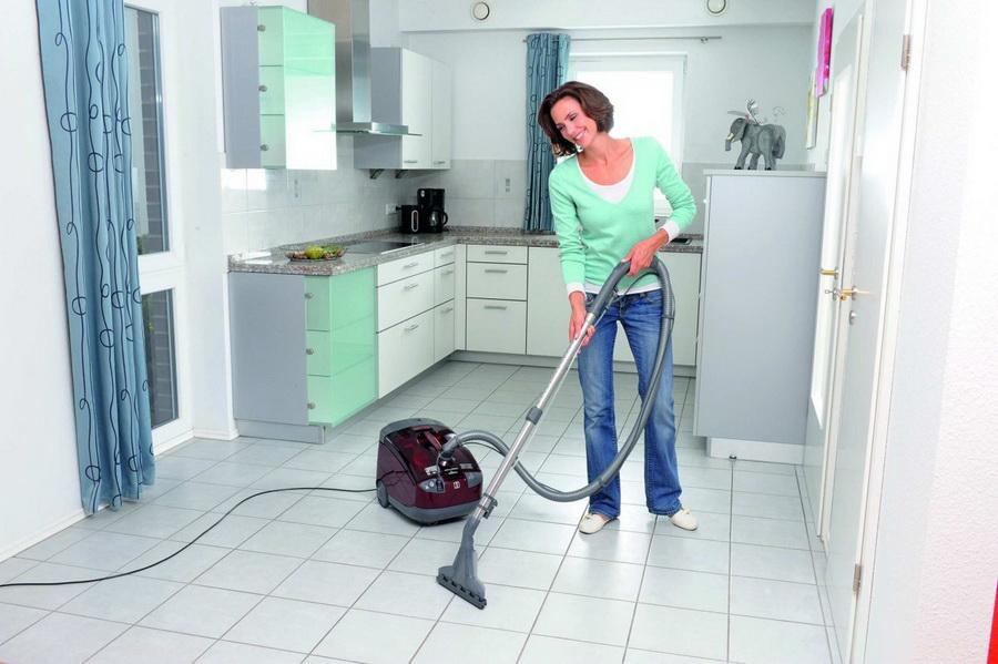Как правильно чистить пылесос после уборки?