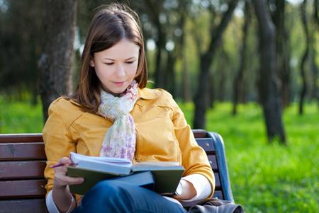 Сходите на улицу, чтобы посидеть на открытом воздухе, на солнышке на скамейке