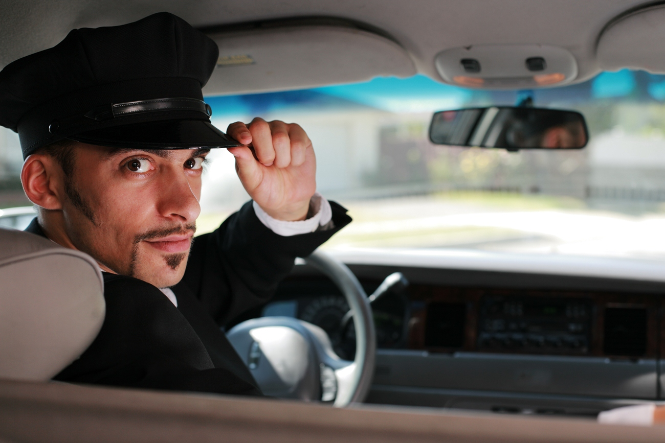 Приветствие шофера за рулем автомобиля