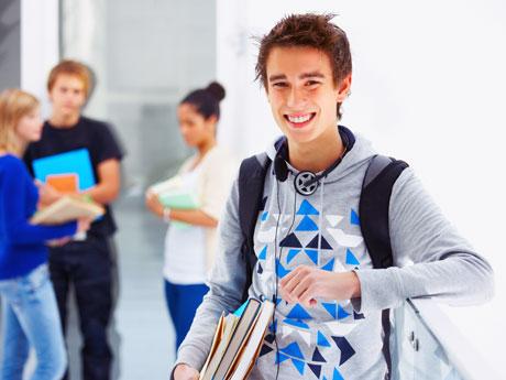 счастливый ученик мальчик парень школа перемена