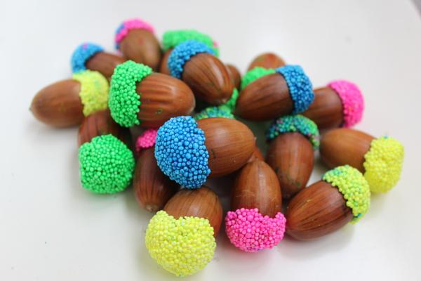 поделки из желудей яркие шляпки из пшенки на клее, осенние поделки