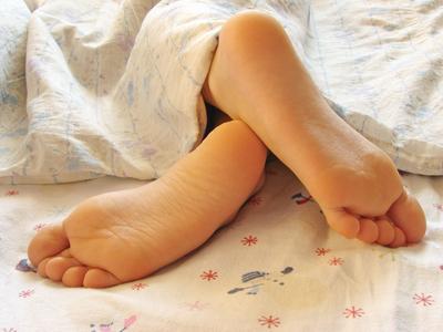 оставьте ноги голыми и не накрывайте их ничем во время сна