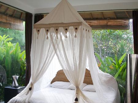 Вариант балдахина по центру кровати