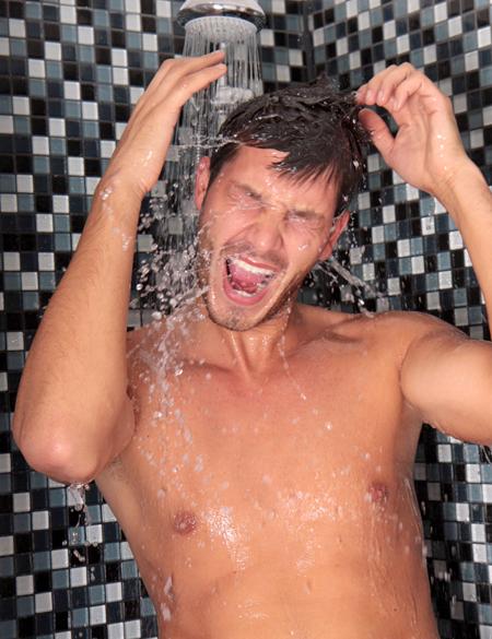 Обязательно еще раз примите душ после купания и тщательно вымойте волосы