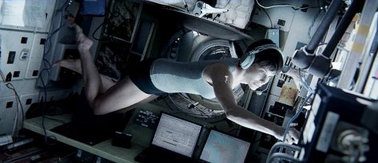 «Гравитация» (Gravity) фантастический космический фильм осени 2013 Сандра Буллок Баллок в невесомости кадр из фильма