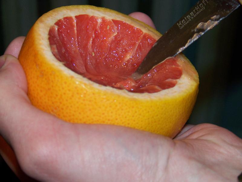 вычищаются внутренности из грейпфрута