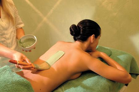 Проведите специальную отшелушивающую и очищающую процедуру для лица, а так же прочие сеансы в салоне для красоты кожи и волос