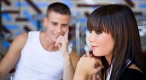 Лучший способ привлечь внимание незнакомой девушки – это знать, как флиртовать и делать это хорошо