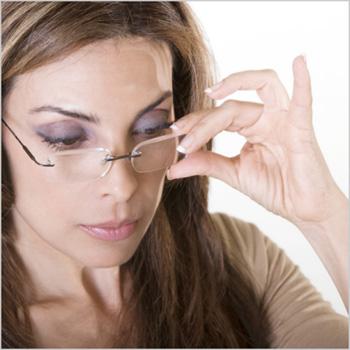 Прозрачная оправа позволяет сделать очки незаметными