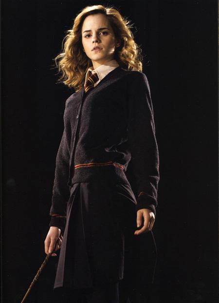 Для повзрослевшей Гермионы выбираем плиссированную (или просто с парой складок спереди и сзади) юбку темного цвета...
