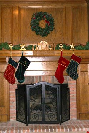 самый простой вариант – перевейте новогоднюю еловую гирлянду с фонариками, и закрепите по периметру камина, вуаля, украшение готово