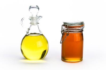 Тщательно смешайте оливковое масло и мед в кастрюльке