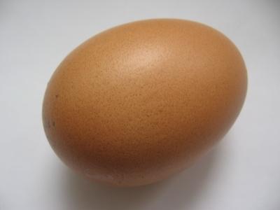 Немного взбейте яичный желток, используя вилку