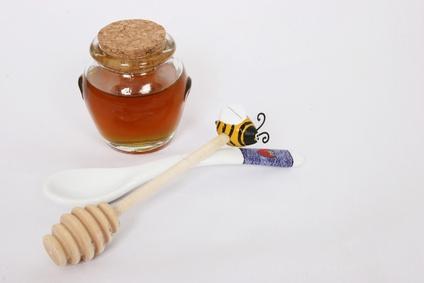 Добавьте чайную ложку оливкового масла в желток и столовую ложку меда