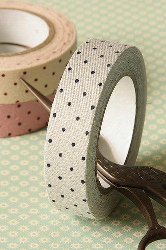 Ленты-стикеры могут быть и цветными, ими можно заменить потерянную пуговицу, наклеив их как декоративный элемент на одежду