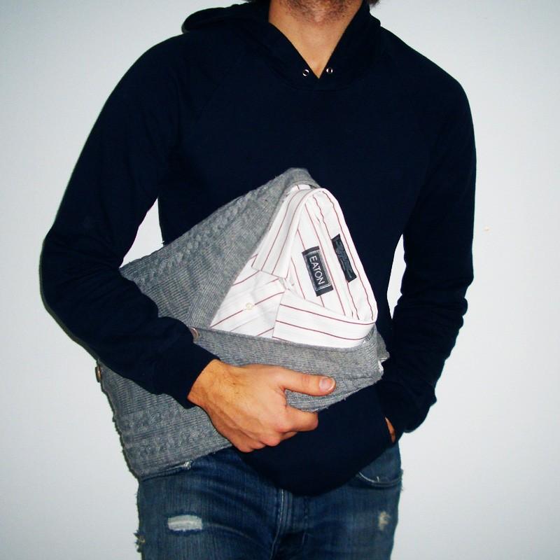 парень с самодельным чехлом для ноутбука в виде свитера и рубашки
