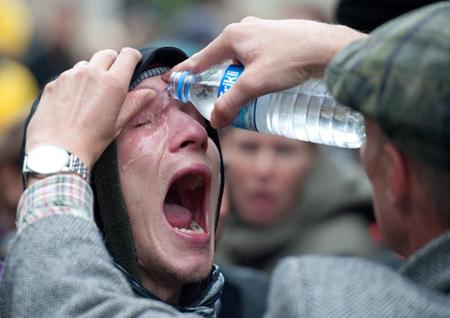 Ополосните глаза прохладной водой несколько раз