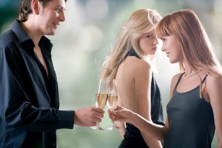 на приеме, бокалы с шампанским, мужчина, две девушки, ревность, зависть