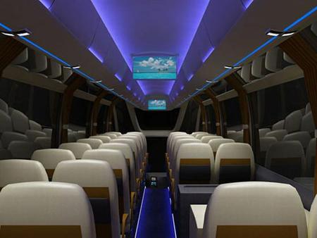 Комфортабельный автобус класса люкс с грамотно установленными экранами ТВ по всему салону