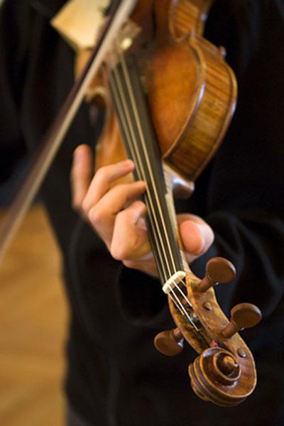 Держите скрипку шеей со стороны левой руки, верхняя – лицевая - часть скрипки должна быть направлена наружу (т. е. наклонена по оси вперед)