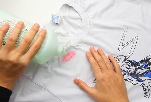 Как отстирать следы губной помады с одежды?