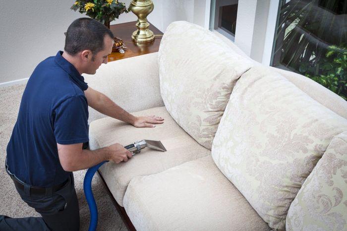 Как почистить белый диван