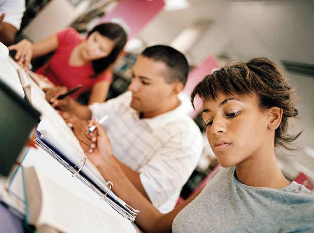 школьники корпят над заданием за партами