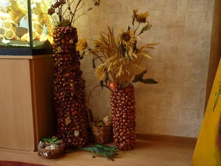 Огромна напольная ваза или пальма, обклеенная каштанами