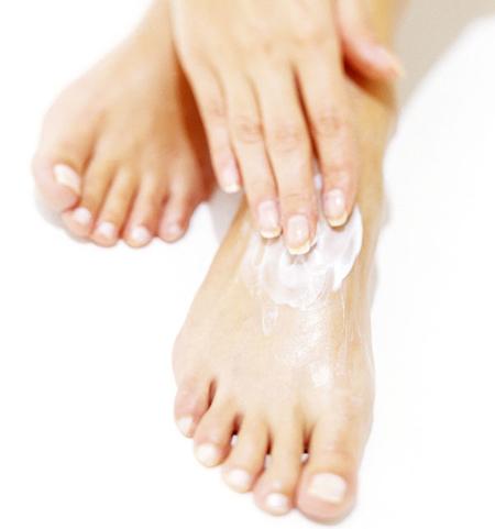 Тонкий слой увлажняющего средства выровняет поверхность ваших ног и предотвратит появление полос