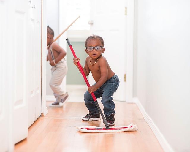 ребенок выполняет домашние обязанности