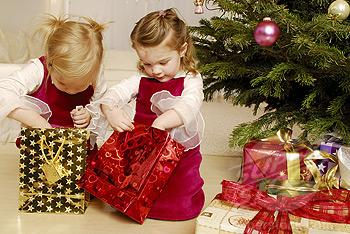 Посадите двух-трех, но не более детей перед елкой с одним большим или с несколькими маленькими подарками