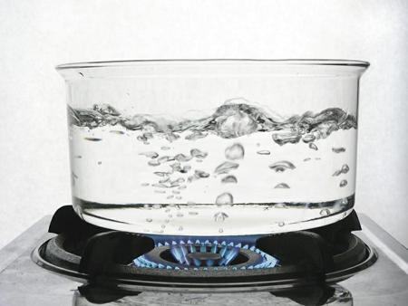 Залейте более 1 стакана воды в кастрюлю/электрический чайник и доведите до кипения