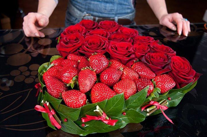 Как из свежей клубники и живых роз сделать сердце на День Влюбленных?