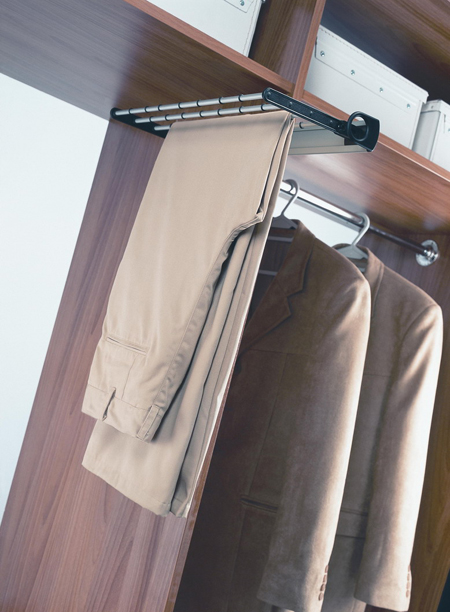 Вариант вешалки для брюк: крепится сбоку, выдвигается вперед и опускается вниз и поднимается наверх