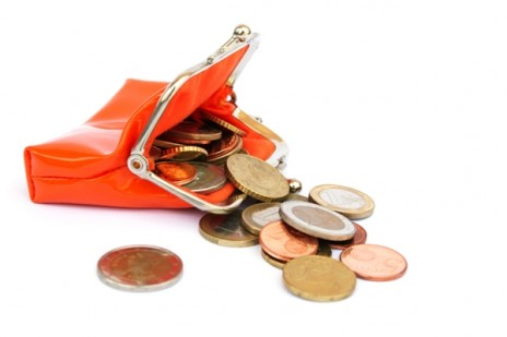открытый кошелек, рассыпавшиеся монеты