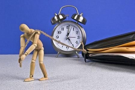 человечек кукла тянет рабочую лямку будильник папка, работа
