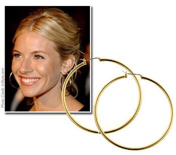 большие «золотые» кольца в ушах или каскад из нескольких колец