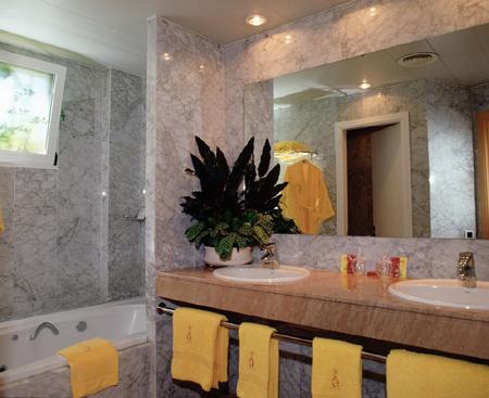 помимо стандартных мыла, шампуня, кондиционера и лосьона для рук, которые можно найти в ванных гостиничных номеров большинства отелей
