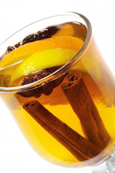 Взрослым сразу по приезду предложите согревающие и сладкие зимние напитки: глинтвейн из белого или красного вина